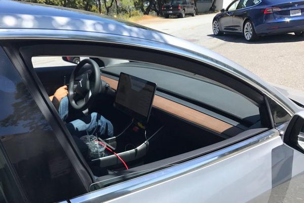 Pre-productie Tesla Model 3 laat interieur zien