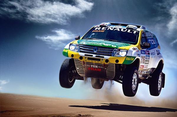 Renault lepelt V8 in Dakar-Duster