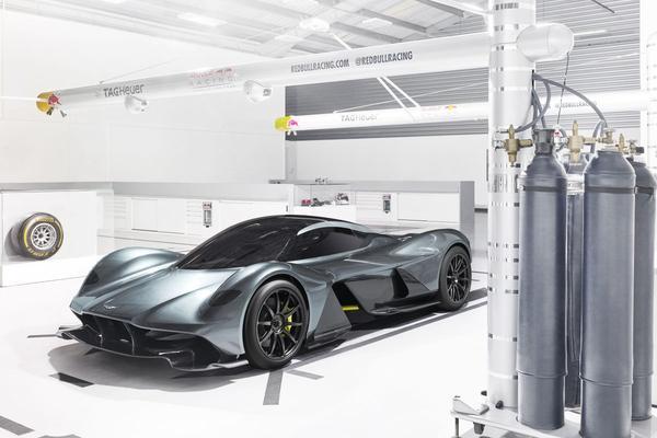 Aston Martin AM-RB 001 gaat 400 km/h voorbij