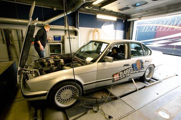 Video: Barrelbrigade op de rollenbank - BMW 518i