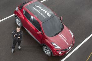 Blind een 'J-turn' maken in een Nissan Juke