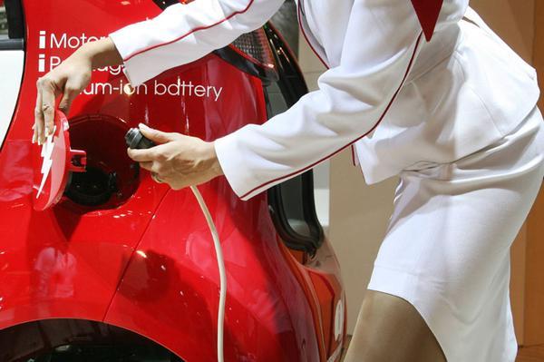 Elektrische auto opladen | Foto: ANP/AFP