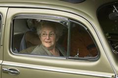Oud omaatje in auto (foto: ANP)