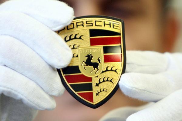 Porsche 918 met Walter R�hrl achter het stuur