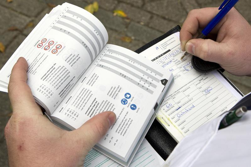 Politie schrijft bekeuring uit | Foto: ANP