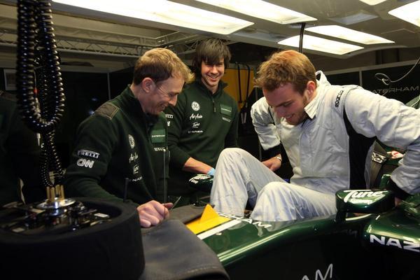 Giedo van der Garde past stoeltje Caterham F1