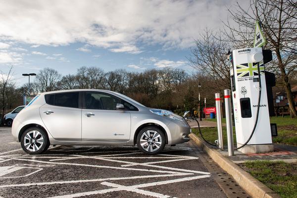 Laadpalen elektrische auto helpen stroomnet