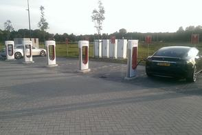Tesla plaatst Supercharger-snellader in Zwolle