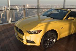Ford Mustang boven op hoogste gebouw ter wereld