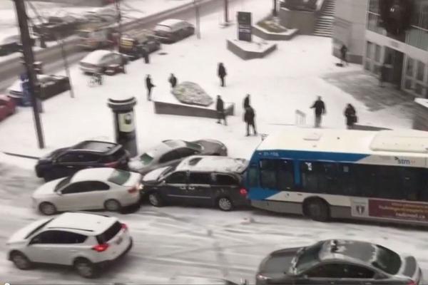 Video: Spekgladde straat, onafgebroken aanrijdingen