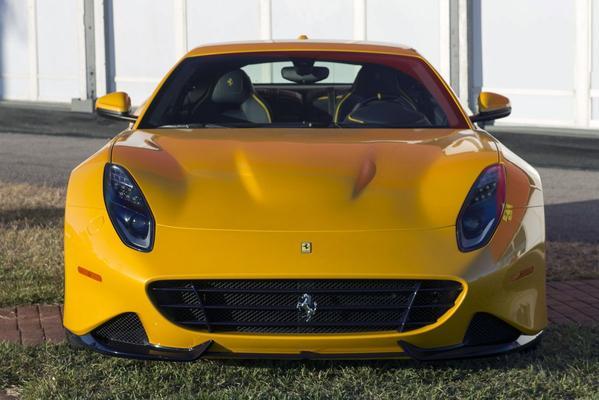 Ferrari SP275 RW Competizione in de buitenlucht