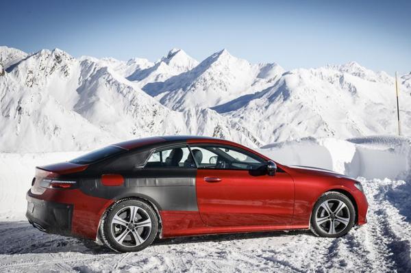 Mercedes E-Klasse Coupé de sneeuw in