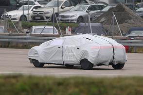 Autonome Mercedes strekt de benen