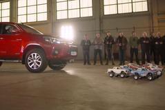 Minuscule Toyota's Hilux slepen echte Hilux