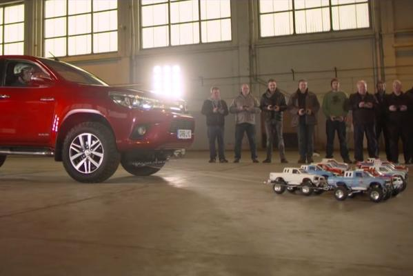 Video: Minuscule Toyota's Hilux slepen echte Hilux