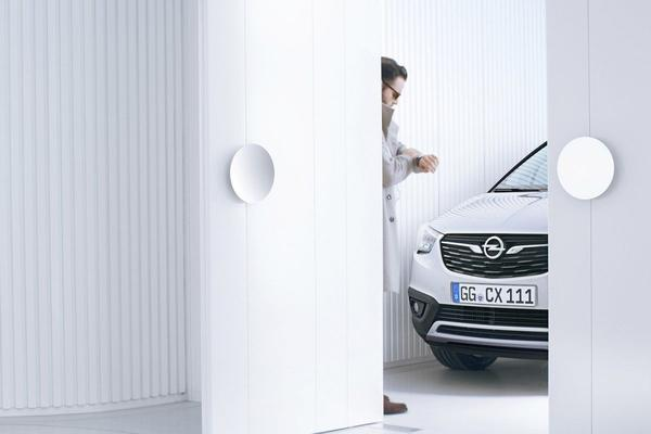 Opel Crossland X kijkt om de hoek
