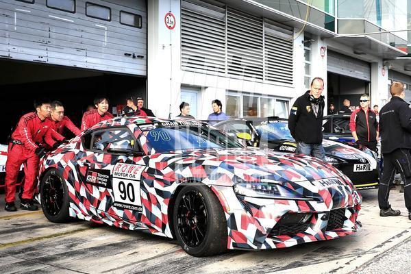Toyota Supra duikt op in racetrim
