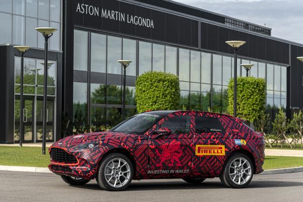 Eerste Aston Martin DBX rolt van nieuwe productieband