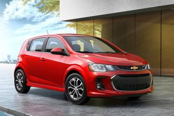 Chevrolet Sonic hatchback en sedan onder het mes