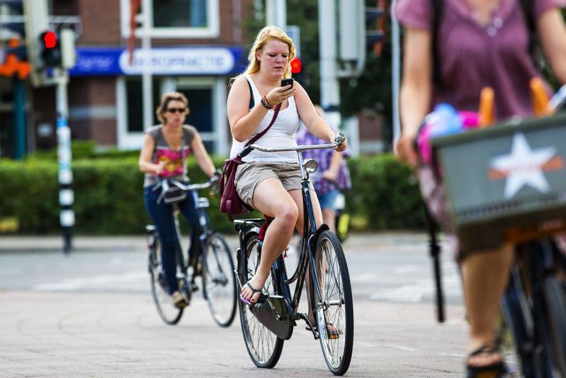 Smartphone op de fiets (foto ANP)