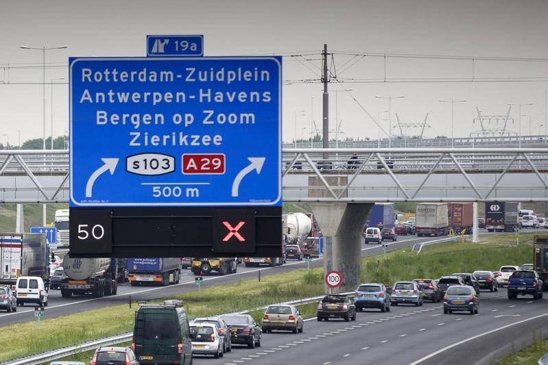 File A15 snelweg rood kruis afgesloten (foto ANP)