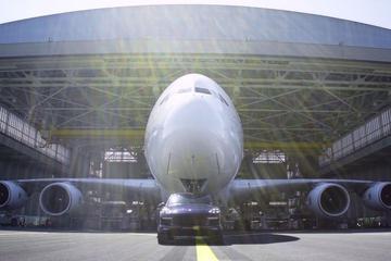 Porsche Cayenne Turbo S trekt A380