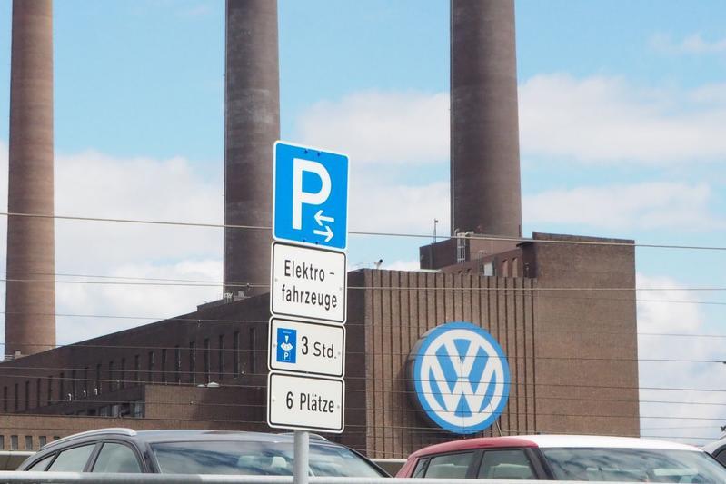 Volkswagen elektrisch EV laadplek Wolfsburg Duitsland