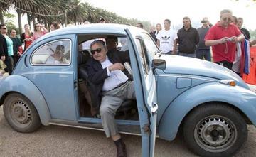 Miljoen geboden voor VW Kever van Mujica