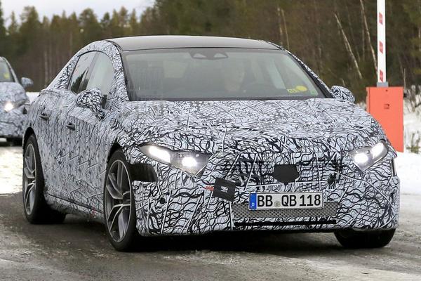 Mercedes-Benz EQS maakt winterse testkilometers
