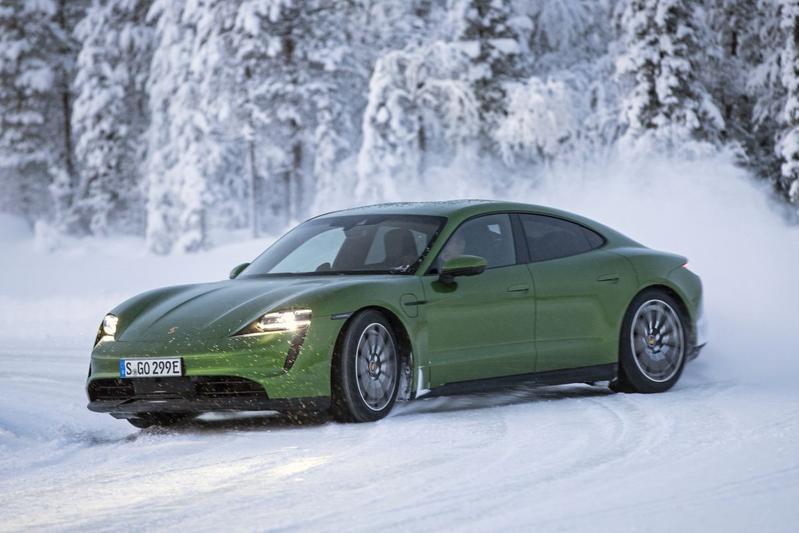Porsche Taycan sneeuw