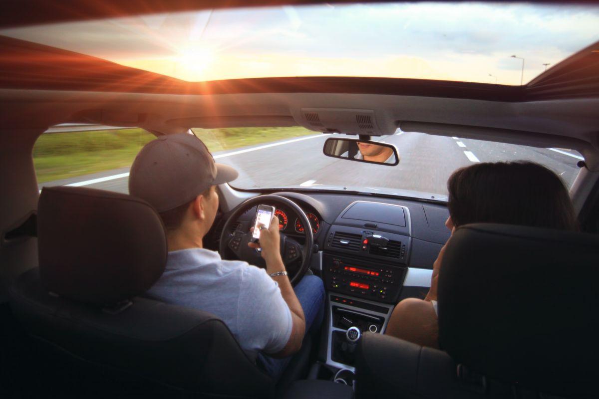 Fors meer boetes voor bellen tijdens rijden - AutoWeek.nl