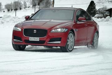 Glij-impressie - Jaguar XF AWD in de sneeuw