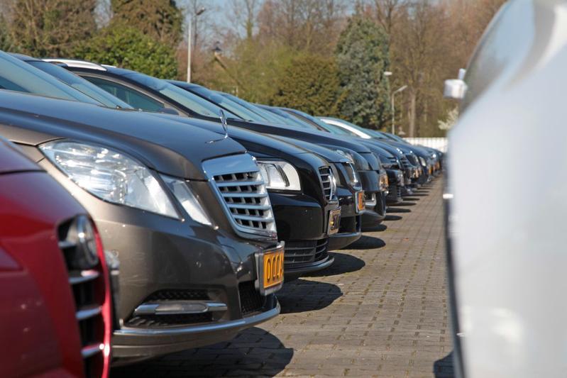 Verkoop tweedehands auto's in de lift