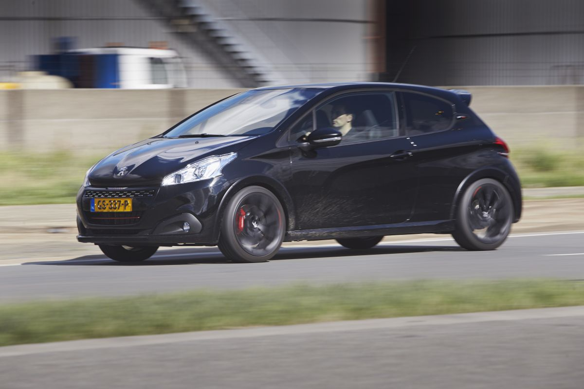 gereden peugeot 208 gti by peugeot sport autonieuws. Black Bedroom Furniture Sets. Home Design Ideas