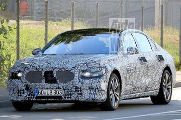 Nieuwe Mercedes-Benz S-klasse buiten de deur
