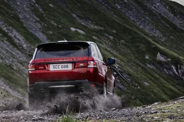Video: Range Rover Sport knalt van berg af