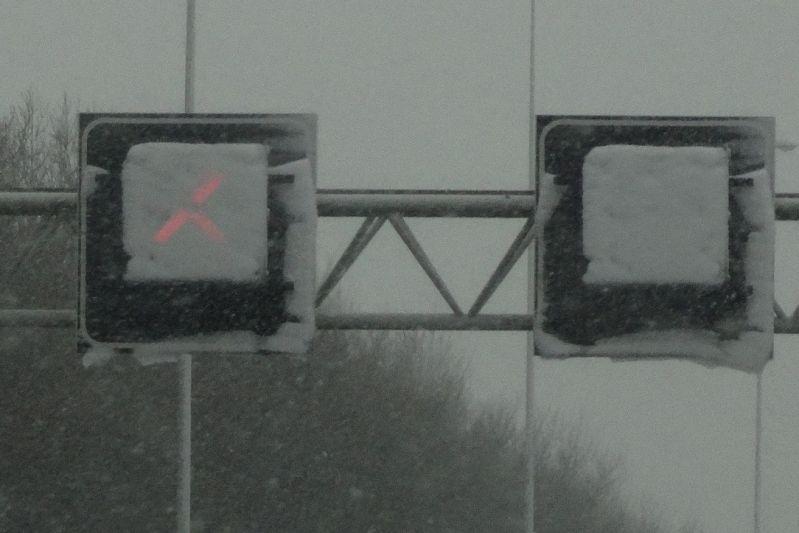 Kruis boven snelweg sneeuw (foto Joost Mooij)