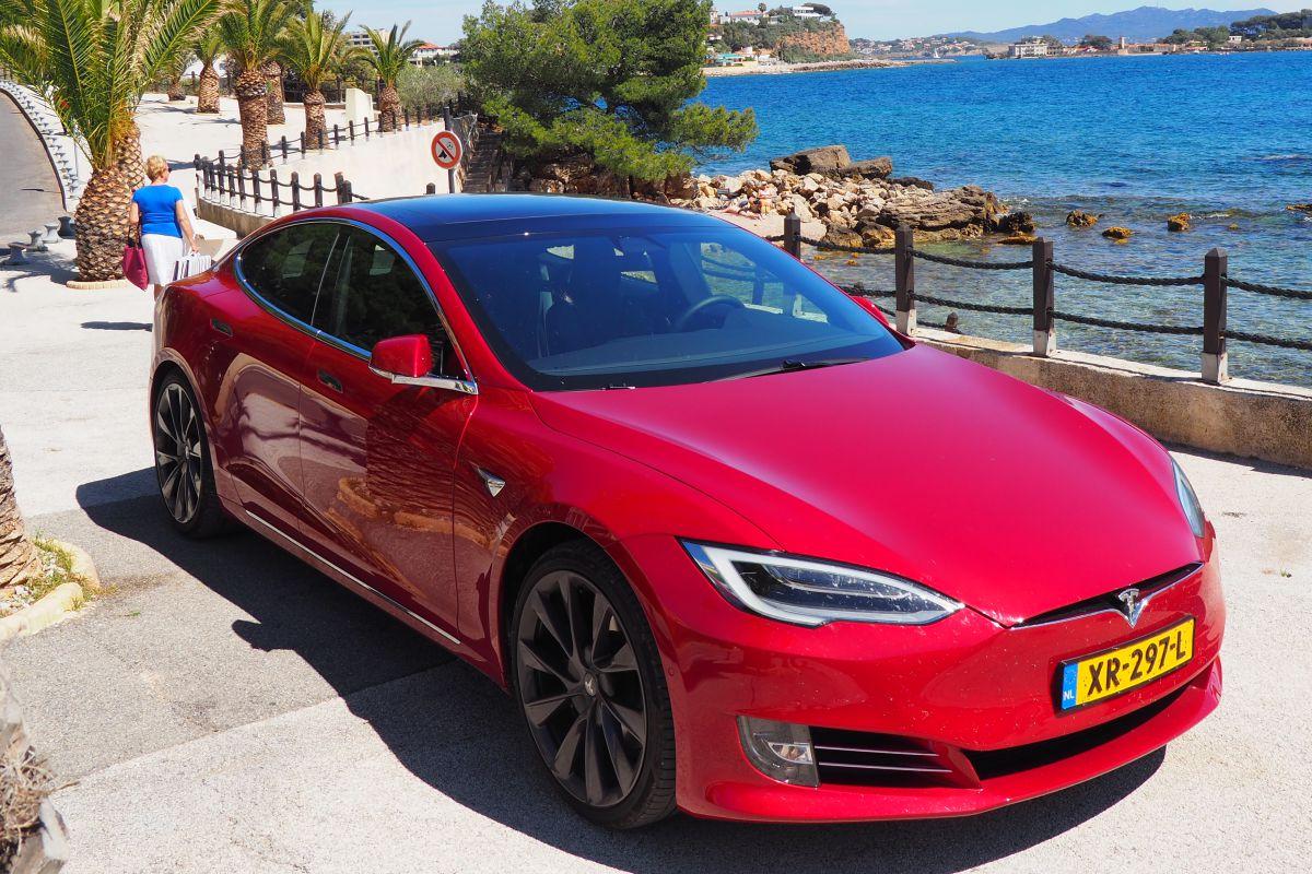 Tesla Model S laden laadpaal