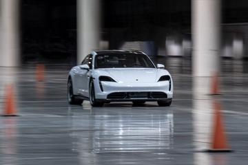 Porsche Taycan naar recordsnelheid in gebouw
