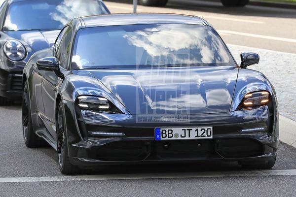 Porsche Taycan rijdt kijkers in de kijker