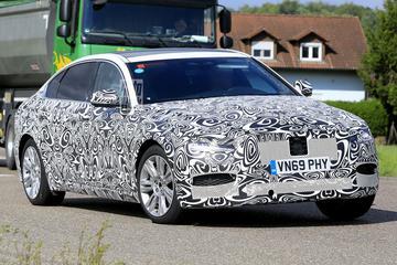 Verlengde Jaguar XF rekt zich uit