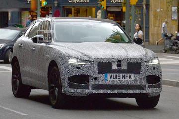 Gefacelifte Jaguar F-Pace buiten de deur