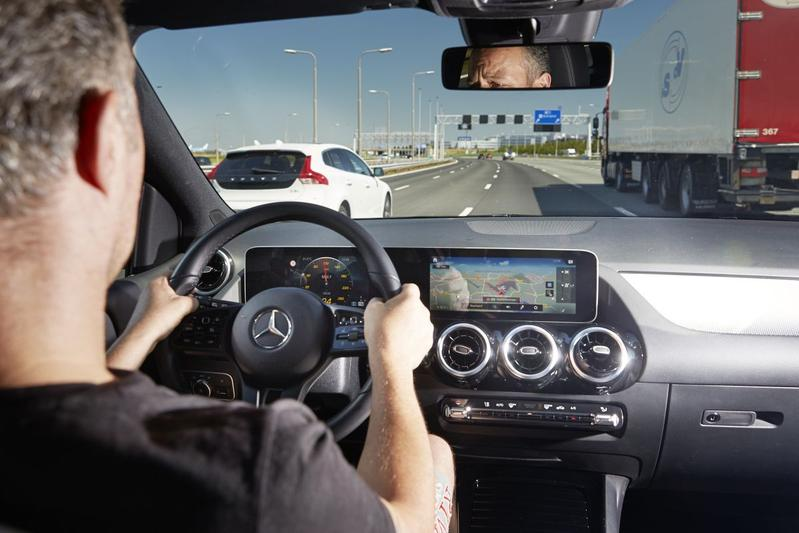 Snelweg rijhulp besturen multimedia Mercedes-Benz