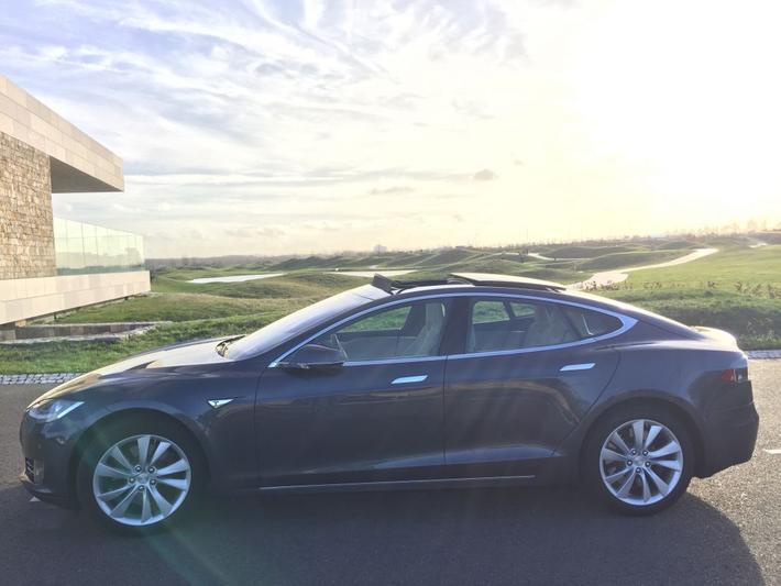 Tesla Model S 85D (2015)