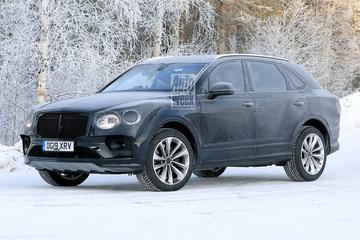 Vernieuwde Bentley Bentayga ploegt door de sneeuw