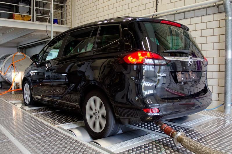 Inval bij Opel 'om sjoemeldiesels'