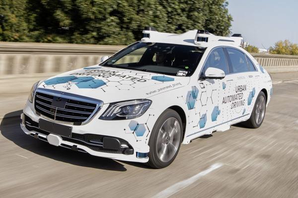 Bosch en Mercedes-Benz starten proef met deels autonome taxi's