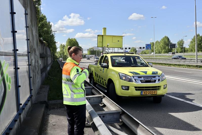 Weginspecteurs rijden met blauw zwaailicht