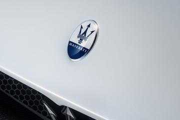 Maserati poetst logo op