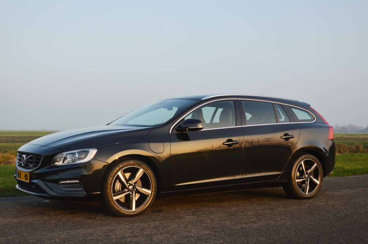 volvo v60 d6 awd plugin hybrid r design 2014. Black Bedroom Furniture Sets. Home Design Ideas